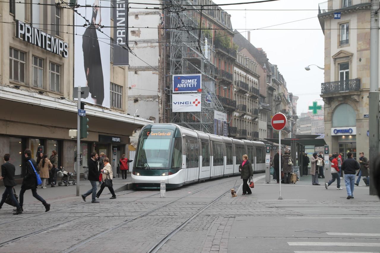 프랑스 스트라스부르 거리를 주행하는 트램