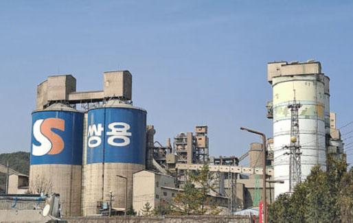 쌍용C&E가 강원도 영월군에 서강 폐기물매립장 조성사업을 추진하자 제천·단양 지역이 거세게 반발하고 있다. 사진 왼쪽은 쌍용C&E 시멘트 공장 전경.